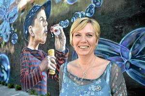 Blickfång. – Paint the city är något annorlunda och coolt som hänt i Lindesberg och ungdomligt. Betydligt bättre än trista grå väggar och ett par av väggmålningarna tycker jag extra mycket om, säger Susanne Karlsson. Många av hennes politiska visioner har inriktning på de yngre i kommunen. Foto: Michael Landberg