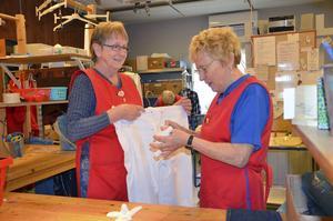Elsa Rådström och Marianne Andersson tar emot kläder och prydnadssaker.