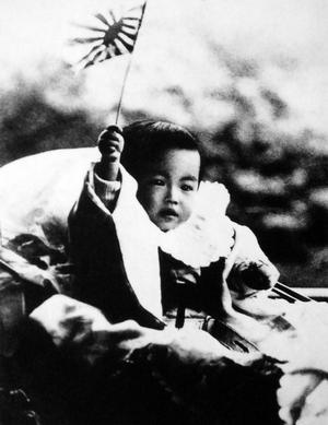 Solgudinnan Amateraus barn. Bilden på Hirohito som kronprins är tagen 1902, som kejsare fick han senare förklara att han inte var en levande gud.