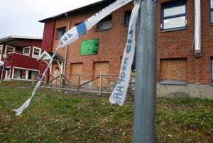 Vid pizzerian i Änge, som natten mot söndagen den 30 augusti totalförstördes, vajade i går fortfarande polisens avspärrningsband för vinden. Branden var då den fjärde i området på knappt två månader.Foto: Jan Andersson