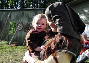 Yngste skådespelaren i årets ensemble är Eldgrim Bäckman, 1år gammal. Tillsammans med mamma Anna Ingridsdotter-Bäckman är han med i Gunhilds följe.
