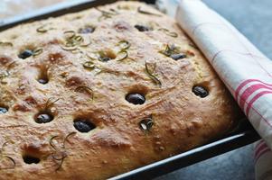 Focaccian blir fin om den får jäsa långsamt. Smaksätt den med rosmarin och oliver.