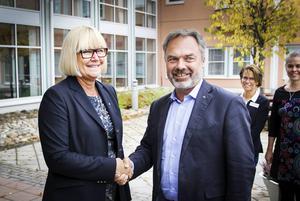 Folkpartiets partiledare Jan Björklund välkomnades till Aleris sjukhus i Bollnäs av sjukhuschefen Elisabeth