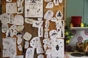 Konstnären Thure Melander har varit tatuerare i fyra år. Här är ett urval av hans motiv som satt uppe som inspiration för tatueringssugna i den tillfälliga tatueringsstudion på Stenegård i helgen.