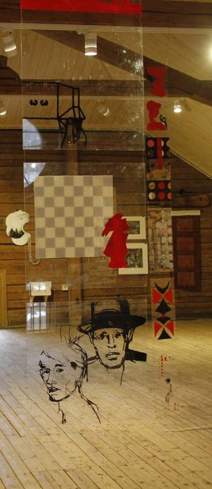 """""""Rött svart vitt plexi"""" heter verken som hänger i rummet, de visades i ett galleri i Tallinn för ett drygt år sedan."""