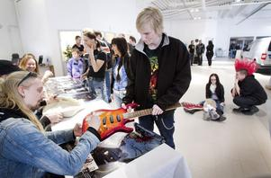 18-åriga gitarristen Alexander Andersson lät Hammarfall signera hans gura.