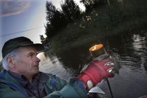 Hjalmar Åker från Enånger importerade Lyskvällen från Finland. Rune Kron är en av många runt om i Hälsingland som sista lördagens i augusti placerar ut marschaller i mörkret.