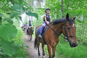 PÅ TUR I GRÖNSKAN. Thea Sundell rider på tur med de andra hästtjejerna på lägret. Under vecka 27 är de ridläger för nybörjare i åldrarna 6 till 13 år.