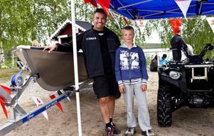 Gustav Lagergren är på plats för att titta på båten och fyrhjulingen från Yamaha, under uppsikt av säljare Jörgen Widmark.