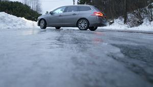 Under torsdagsmorgonen inkom rapporter om halt väglag i Västmanland.