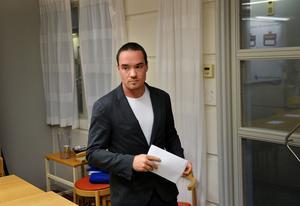 I går meddelade SD:s Kent Ekeroth att han tar time out som partiets rättspolitiske talesman. Självklart borde han och Erik Almqvist också lämna riksdagen.