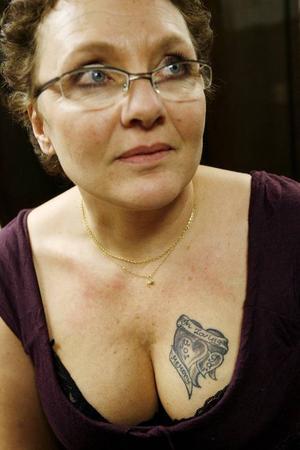 Namn: Pia Lindberg Yrke: Undersköterska Om sin tatuering: Min tatuering föreställer en lom som flyger iväg. Det är mycket mystik runt lommen, den är väldigt familjär och vacker. Deras speciella läte hör man i skymningen, just under den tiden på dygnet då jag tror att människan behöver stanna upp och tänka efter lite. Jag var till Kanada för tre år sedan och träffade där en indian som hade gjort den här bilden.