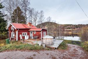Detta fritidshus i Lennheden, Borlänge kommun, återfinns på plats nio på Klicktoppen för vecka 44, sett till de mest klickade dalaobjekten på Hemnet.