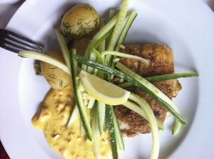 Goda och vällagade varm- rätter, till exempel rödspätta med dillslungad gurka, färskpotatis och remouladsås.