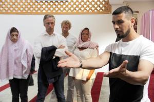 Raad al-Duhan har under flera år varit den som guidat gäster runt i Gävle moské. Här tillsammans med Gävle kommuns politiker (från vänster) Gin Akgul Hajo, V, Jörgen Edsvik, S, Roger Persson, Mp, och Åsa Wiklund Lång, S.