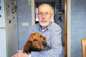 Ulf Ericsson vill gärna ha möjlighet att bo kvar i Uggelbo när han flyttar till äldreboende. Här med hunden Tico.