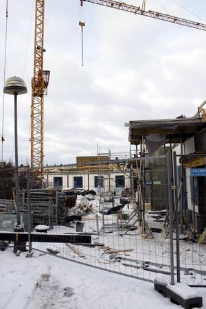 Byggnationen pågår. Gamla Byn AB:s bygge av 25 lägenheter och en klinik för Folktandvården i botten-planet kvarteret Örnen har kommit så här långt.