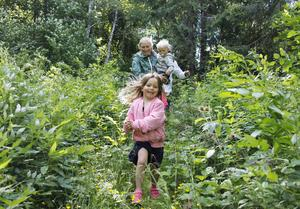Dottern Philippa med ett glatt leende på läpparna när plogging-rundan även bjöd på lite spring i skogen.