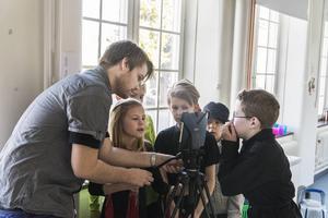 Workshopledaren Jonathan Norberg och barnen förbereder inför nästa filmscen.