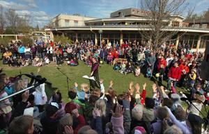 Musiklärare från kulturskolan och ett hundratal barn sjöng sånger om olika djur i Colliniparken.