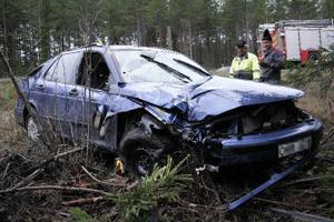 Bilen blev totalförstörd när den körde av E4 i Jättendal.