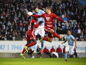 Nya mittbacksparet Sam Mensiro och  Douglas Bergqvist neutraliserar gemensamt bort Malmös anfallare Alexander Jeremejeff i segermatchen på Malmö stadion. Mensiro var strålande.