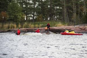 TVÅ DÖDA. Söndag 6 oktober slås larm om att ett par från Köpmanholmen saknas efter en båttur. En stor räddningsinsats dras i gång med bland annat helikopter och flygplan. På måndag förmiddag upptäcks till slut parets båt vid Ronögrunden. Båten har hamnat upp och ner  och vid strandkanten hittas kvinnan död. Mannen befaras också ha drunknat, men hans kropp saknas fortfarande.