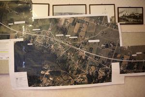 Skisser och kartor finns uppklistrade på bystugans väggar i Holen och på borden ligger ännu fler kartor, som beskriver  väg korridoren genom byarna.