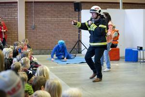 """Brandrappande Tord """"Tårtan"""" Sandström trummade rytmiskt in säkerhetskunskaper från scenen."""