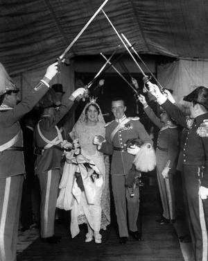 Greve Folke Bernadotte och Estelle Bernadotte lämnar St. Johns kyrka i Pleasantville i New York i USA efter vigselakten 1928.