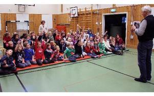 Gärdeskolans elever klarar alla sju fågelbilder som Staffan Müller visar upp. FOTO: EVA HÖGKVIST