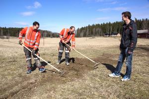 Där det är möjligt används en kedjegrävare. Då blir diket så smalt så det går att räfsa igen med en vanlig kratta. Markus Morén och Mikael Magnusson krattar och Olof Karlströms ser på.
