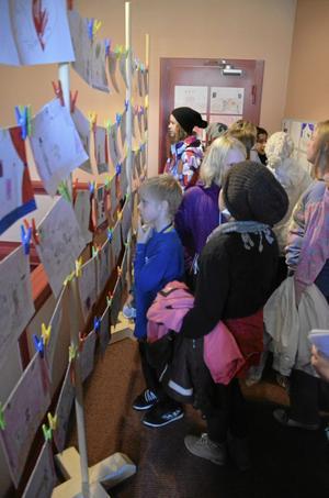 Vad är teater? Den frågan har eleverna jobbat med inför besöket på teatern, och i foajén hänger deras olika svar.