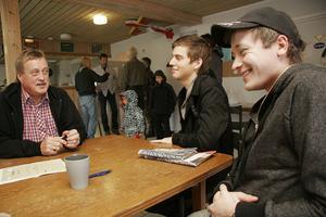 Flyglärare Jim Eriksson pratar med sina två blivande elever: Christopher Medevik, i mitten, och Thomas Eriksson, till höger. Alla tre bor i Hudiksvall, där det inte längre finns någon flygklubb.