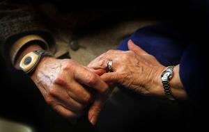 Sammanhang. Sjukvården missar i dag att ta hand om de äldre och sjuka, skriver sex professorer med anledningen av ett beslut i Örebrolandstinget i morgon. arkivbild: stig nyström