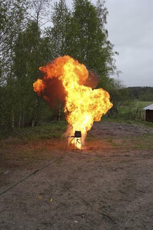 En deciliter matolja brinner och detta är resultaten om vi försöker släcka med vatten.