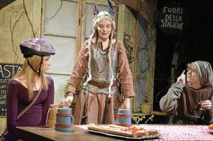 Valkyria. Publiken får möta många udda karaktärer. Från vänster: Melinda Larsson, Ebba Mattsson och Gustav Holm.
