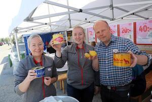 Eveline Norberg  tillsammans med Ebba och Peter Eriksson bjöd på surströmmingspremiär i Hede