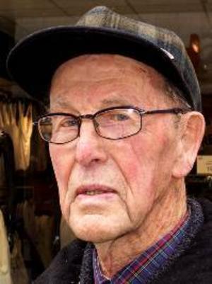"""Helge Bergström, 93 år, Östersund:– Ja, jag  läser  """"Paradiset"""" av Liza Marklund. Den är spännande, de har ihjäl varandra, och den är lättläst."""