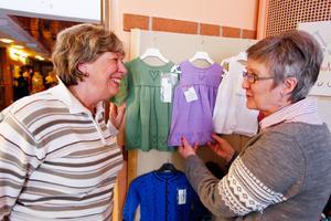 Besökaren Lena Terneblad pratade stickning med Gunilla Hansson som sålde hantverk.