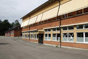 På flera av skolans byggnader har fönsterrutor krossats.