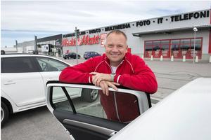 Fredrik Hallstensson, butikschef på Media Markt, undrar exempelvis varför kommunen inte byggt en väg mellan södra Birsta och Norra vägen för att minska bilköerna.