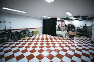 Ett schackrutigt specialgolv i rött och vitt får pryda arkelogen Kajes garage.