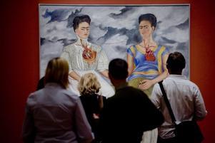 Fridas färger. Den mexianska konstnären Frida Kahlo och hennes många självporträtt inspirerar bland annat illustratören Lovisa Burfitt just nu. Vi med kan låta oss inspireras.