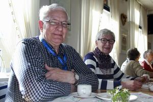 Anders Almgren och Birgitta Persson unnar sig en fikastund på Vargen. Birgitta är med i Husmodersföreningen.