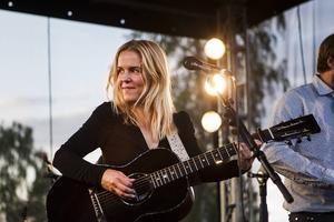 Sofia Karlsson avrundade konserten i Stenegård och kvällssolen.