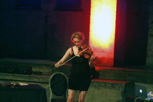 : Brittiska duon Kubov består av Emma Lloyd på violin och Jessica Aslan på dator och elektronik.