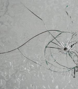 Skadegörelse. Det krävs bara ett skott för att fönstren ska förstöras.