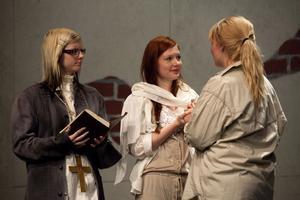 Hanna Jansson är beredd att viga de båda brudarna Juliet (Julia Rangemo) och Romea (Nicolina Nordas).