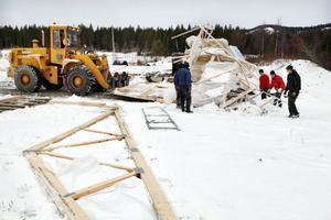 Under tisdagen pågick arbetet med att städa upp efter stormen Berits härjningar.